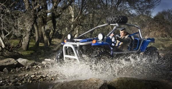 Patricia Olmedilla, 34 años, atraviesa un arroyo de Cerro de las Cabezas, su finca madrileña, subida a su 'buggy' AXR Crossbone.