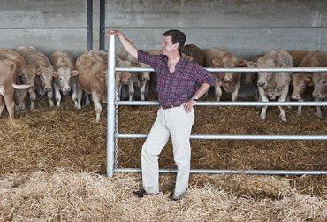 El aristócrata en el cebadero de la finca 'El Tejado', donde pastan unos 130 terneros.