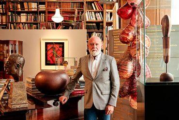 """Polo, en su casa de Bruselas, con parte de su colección. A la izqda., el busto """"Henry van de Velde"""", de Georg Kolbe; la cerámica """"The Big Pot"""", de Henryk Lula, y el cuadro """"Kallomorphose V"""", de Marc Eemans. A la dcha., la escultura de vidrio """"Inside Out"""", de Maria Roosen, y la de madera y marfil """"Grotesque III"""", de Oskar Schlemmer. Ale Megale"""