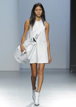 Primavera verano. Vestido de punto blanco de viscosa de poliéster y elastano (770 euros aprox.).