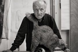 El pintor en su estudio madrileño donde pinta y esculpe acompañado de su gato Cascabel. Detrás, bocetos en los que está trabajando.