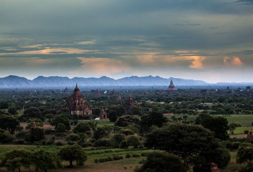 Bagan. Vista de la llanura y los templos del antiguo Bagan desde la Pagoda Bulethi. Merece la pena escalarla para contemplar la salida o la puesta de sol. En días despejados es posible alquilar un globo aerostático (un recorrido de 45 minutos por 320 dólares persona).
