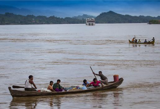 Actividad. Las barcazas que entran y salen de Kalewa (un pueblo situado en la confluencia de los ríos Chindwin y Myitta), evidencian el intenso comercio de esta zona.