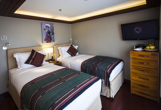 Camarote. Los 25 que incluye el barco, disponen de aire acondicionado, camas confortables, televisión por satélite, escritorio y baño con amenities de Bulgari.