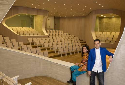 Vanguardia. Los fundadores del estudio de arquitectura AMID.cero9, Cristina Díaz Moreno, 44 años, y Efrén García Grinda, 49, en el auditorio de la Fundación.