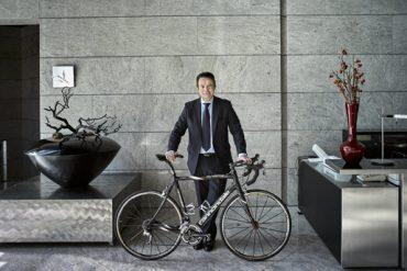 Deportista. El empresario posa con la bici con la que hace el Camino de Santiago.