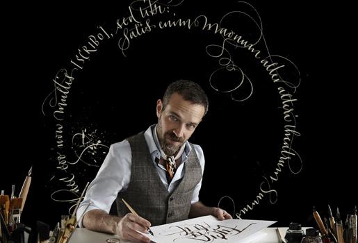 En acción. José María Passalacqua, 44 años, reproduce en su particular estilo la cabecera de Fuera de Serie.