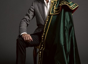 Elegante. Ponce, 43 años, con total look de Tom Ford, a excepción de la camisa, de Prada. Al hombro, uno de sus capotes de paseo.