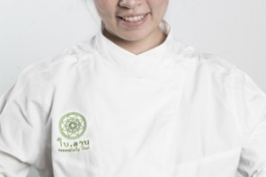 En la cocina thai reina una mujer