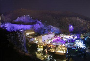 Entorno. La cantera de Nagüeles. Se ve el escenario (a la izquierda) y los espacios para gastronomía, arte y moda.
