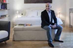 Lujo medio. Sarasola en uno de los pisos que, desde enero, forman parte de su cartera de apartamentos turísticos.