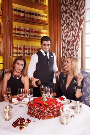 Al detalle. Posadas (izquierda) y Robles, ante una mesa navideña en el restaurante La Biblioteca del Hotel AC Santo Mauro de Madrid, servidas por José Ignacio García asistente de sala.