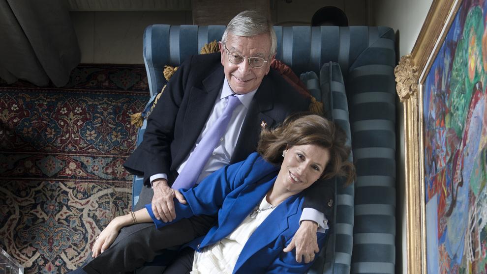 El periodista y presidente de la Real Academia de Gastronomía, Rafael Ansón, con su esposa, Inmaculada Quintana, en el salón de su casa en Madrid. Chema Conesa
