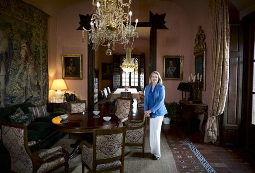 Casa con historia. La escritora, 47 años, en el salón principal del Castillo de la Monclova, en la provincia de Sevilla. A la izquierda de la imagen, tapiz de la serie David y Goliat; detrás de ella, retratos de los duques de Osuna.