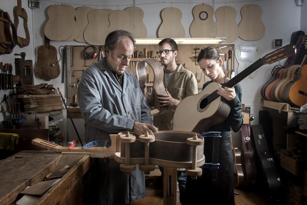 En familia. Felipe Conde, 57 años, en su taller madrileño, con sus hijos, Felipe, 23, y María, 25, que se han incorporado al estudio