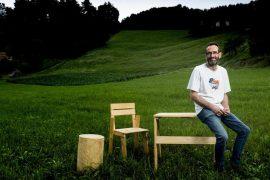 Enrique Arrillaga, 50 años, posa en la finca de Serraría Larragaña con algunos de sus muebles más vendidos. Luis de las Alas