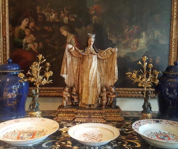 Una talla de La Roldana preside la recepción del hotel