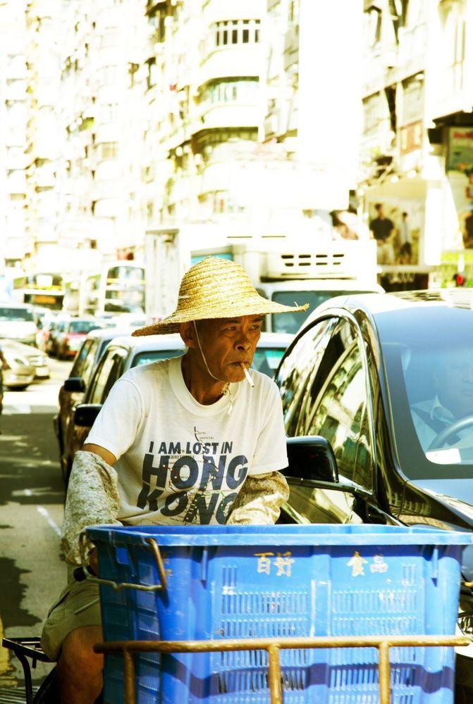 """Un repartidos con la camiseta """"Lost in Hong Kong"""" en medio del tráfico.Kike Palacio"""