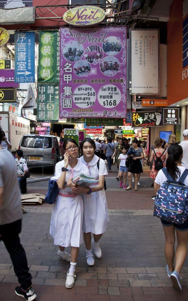 Dos escolares pasean uniformadas por Nathan Road, la avenida principal de Kowloon.Kike Palacio