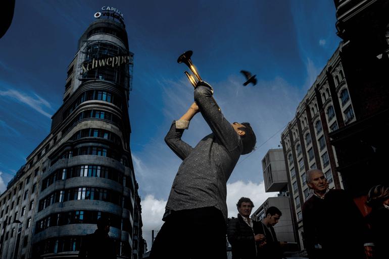 """El trompetista Manuel Blanco Gómez-Limón, a quien se conoce como """"el Cristiano Ronaldo del instrumento"""", tocando en la Gran Vía. LUIS DE LAS ALAS"""