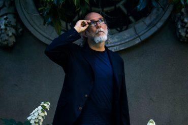 Toni Segarra (56 años), tras recoger el premio a toda su trayectoria de los IED Design Awards en la Embajada de Italia en Madrid. | Javier Salas