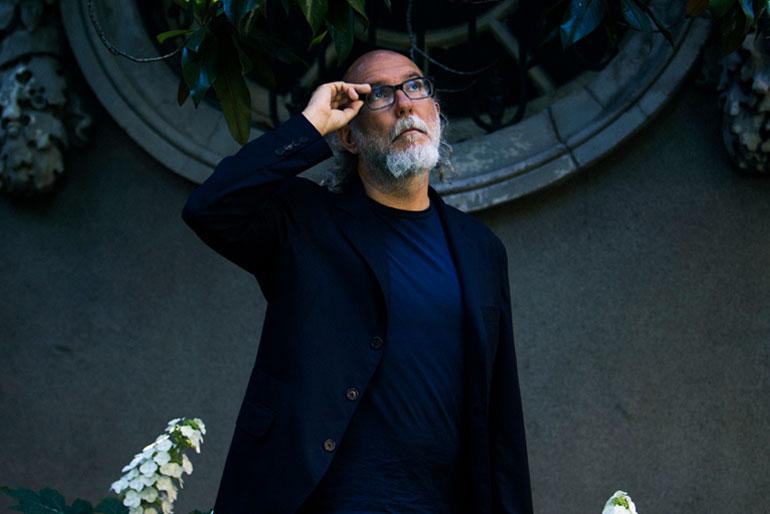 Toni Segarra (56 años), tras recoger el premio a toda su trayectoria de los IED Design Awards en la Embajada de Italia en Madrid.   Javier Salas