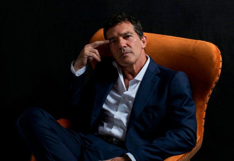El actor Antonio Banderas, 59 años, vestido de Emidio Tucci, en una sala de El Corte Inglés de Málaga. Es la tercera vez que protagoniza la campaña publicitaria de los grandes almacenes.  Javier Salas